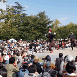 たくさんの観客をあつめる世界にも注目されている東京スカイツリー公認パフォーマー