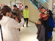 愛知県名古屋市のショッピングモールお正月イベントで女の子の頭を噛ませてもらう獅子舞