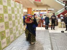 愛知県名古屋市のショッピングモールお正月イベントで舞を披露する獅子舞