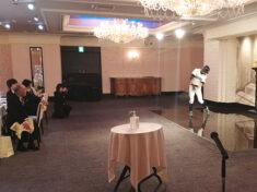 神奈川県横浜市のホテルでの結婚披露宴でイチローさんのバッティングフォームのものまねを披露するニッチロー